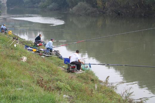Pescatori gettano l'amo a Capua, sulle rive del Volturno.