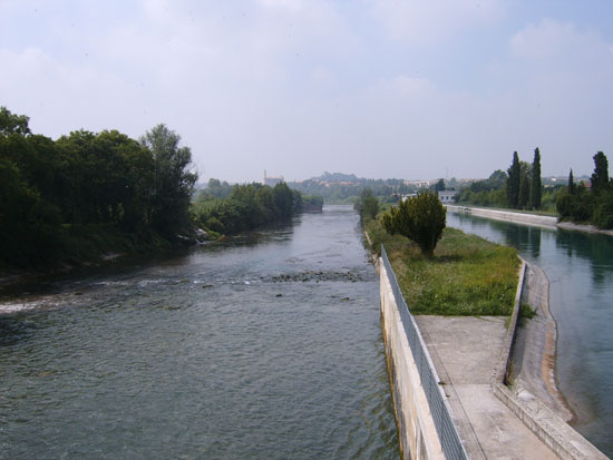 La diga di salionze, sul fiume mincio, a peschiera del garda/valeggio