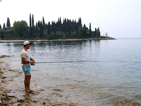 Alessio Turriziani che pesca nel lago di Garda a Punta San Vigilio