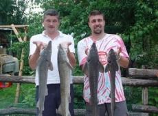 Alex e Mihai da Mondovì e il bottino di storioni