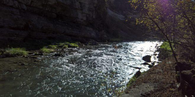 Approccio all'acqua, come avvicinarsi alla zona di pesca, il segreto per la cattura della trota in torrente.
